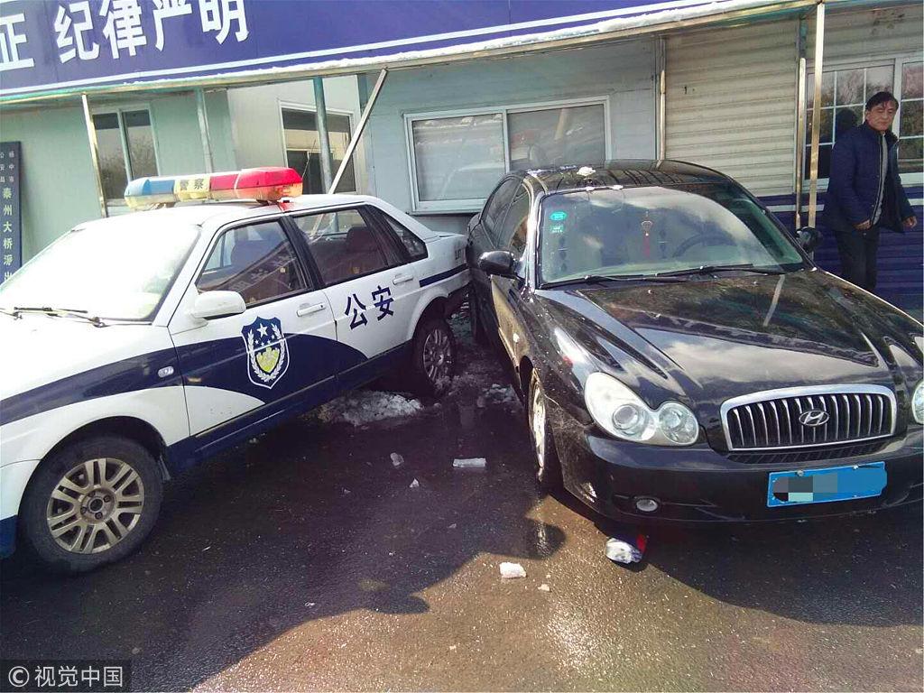 江苏:轿车雪地打滑撞进警察岗亭