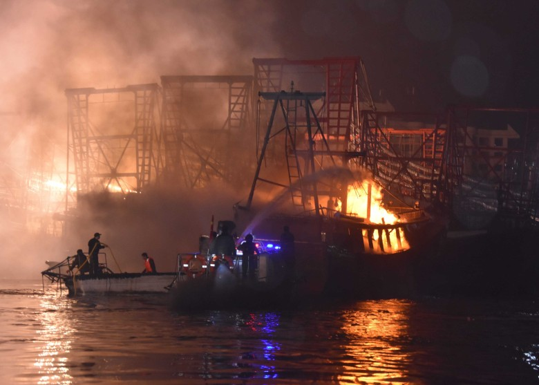 广西渔船突发大火 3000人滞留岛屿