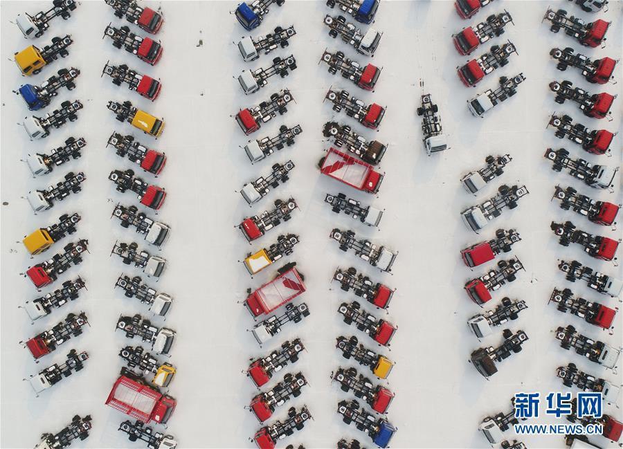 汽车排列成一景 雪后独具美感