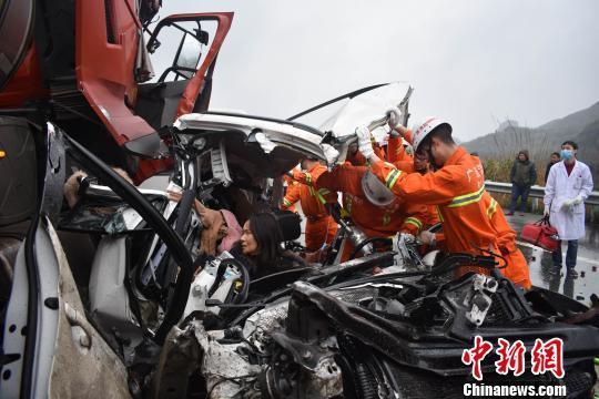 广西5车连撞致3死1伤 唯一幸存者被救出