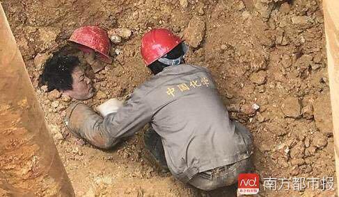 广东工地塌方 工人全身被埋仅头露出