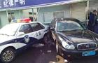轿车打滑撞进警察岗亭