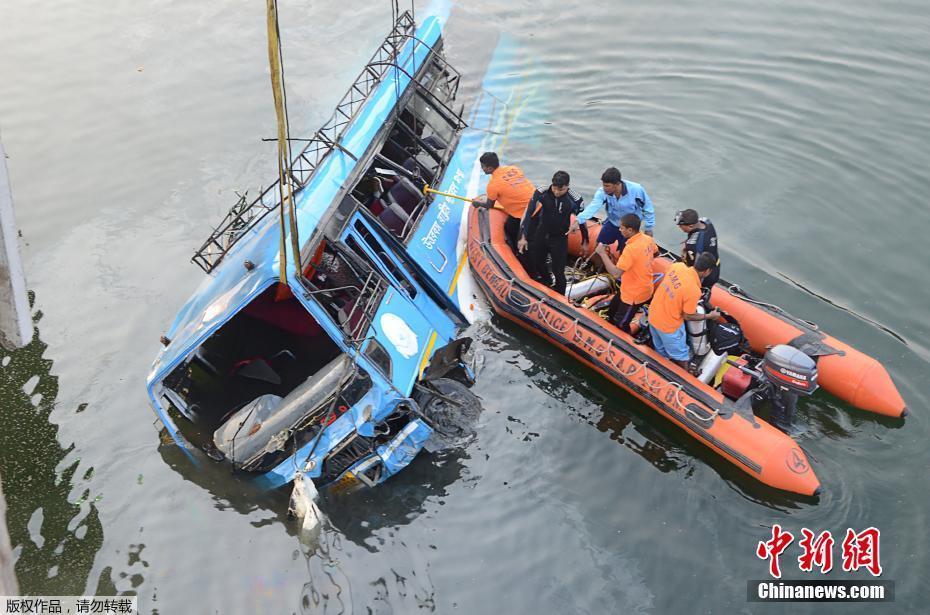 印度东部一辆公交车坠河 已致36人遇难