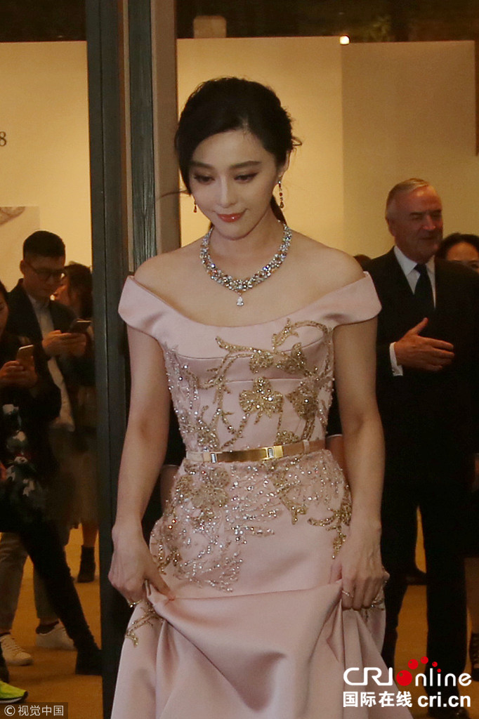 范冰冰粉色长裙美到发光 大展获众人围拍