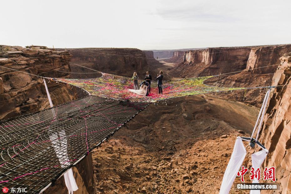 惊险而浪漫 美国情侣在120米高空举办婚礼