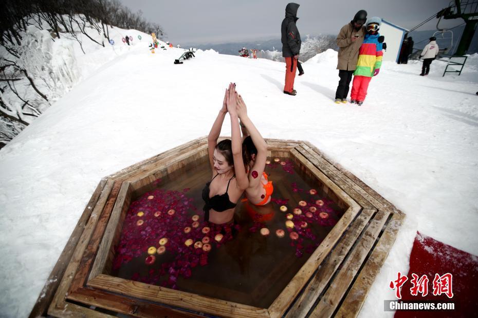 比基尼美女冰雪中练瑜伽泡温泉 好不惬意