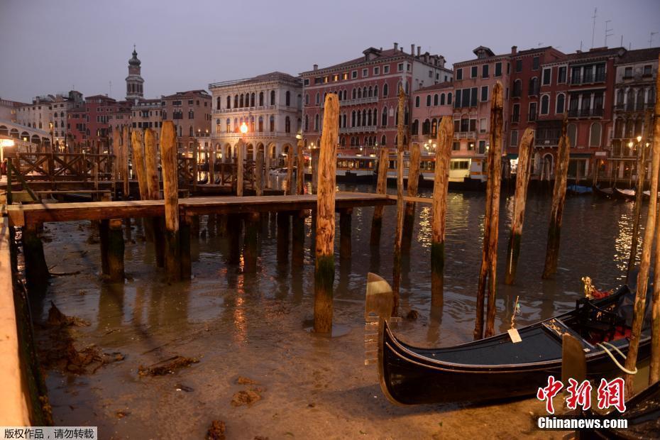"""""""水城""""威尼斯遇罕见低潮 河床暴露船只搁浅"""