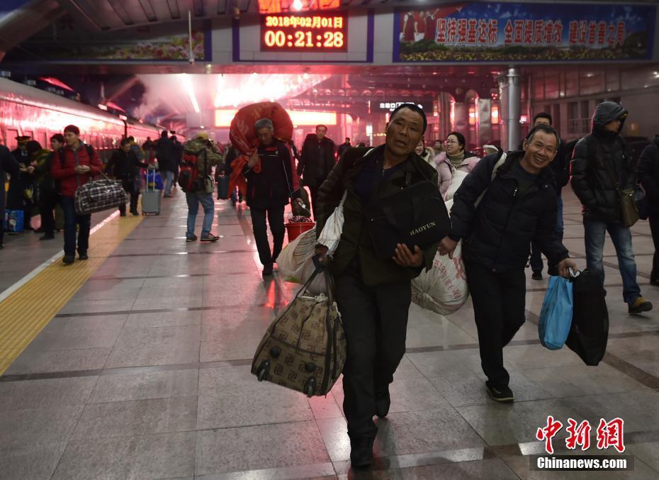 2018春运大幕开启 北京站发出首趟加开旅客列车