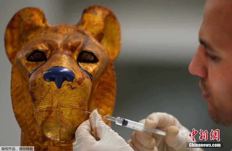 考古专家修复埃及法老宝藏 精美文物巧夺天工