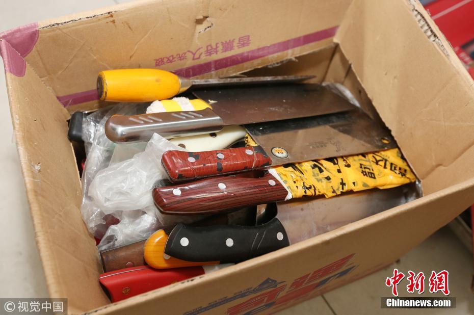 西安春运查出不少违禁品 有人竟带一箱菜刀
