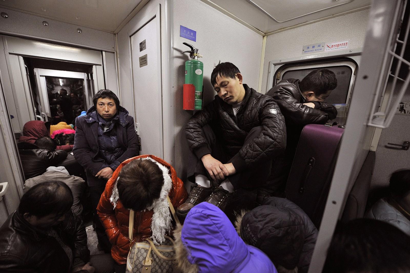 实拍凌晨春运列车:他们睡觉的身影让人心酸