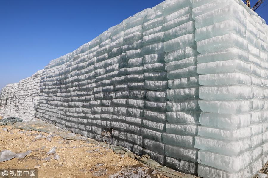 采冰季进入尾声 采冰人给万吨冰垛盖棉被