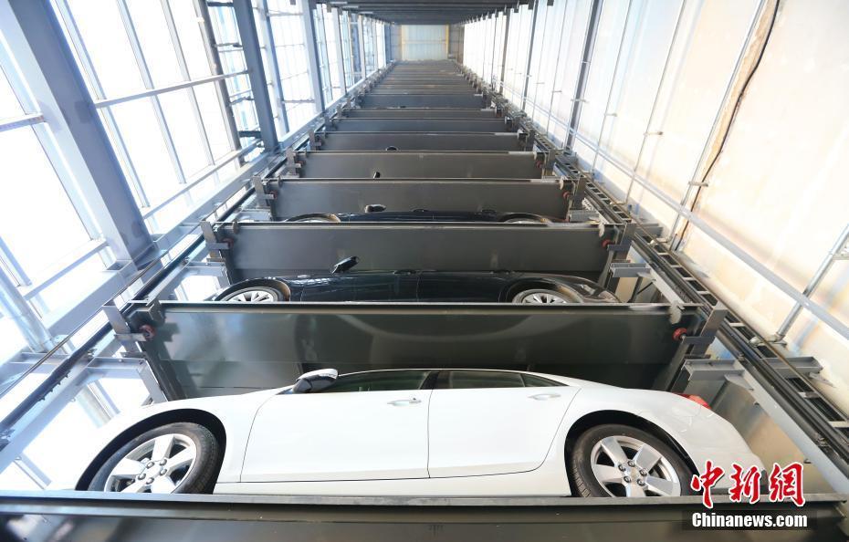 立体停车库亮相大连 如高塔可叠放23层
