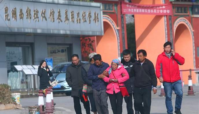 云南高速53车连撞 家属被搀扶到殡仪馆