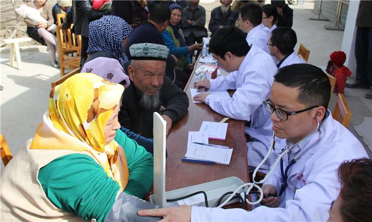 """新疆喀什:把健康送到""""最远一家人"""""""
