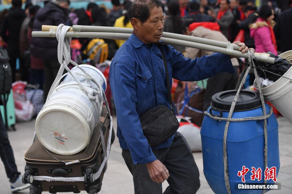 """塑料桶小板凳水壶咸菜 返乡人的""""春运神器"""""""