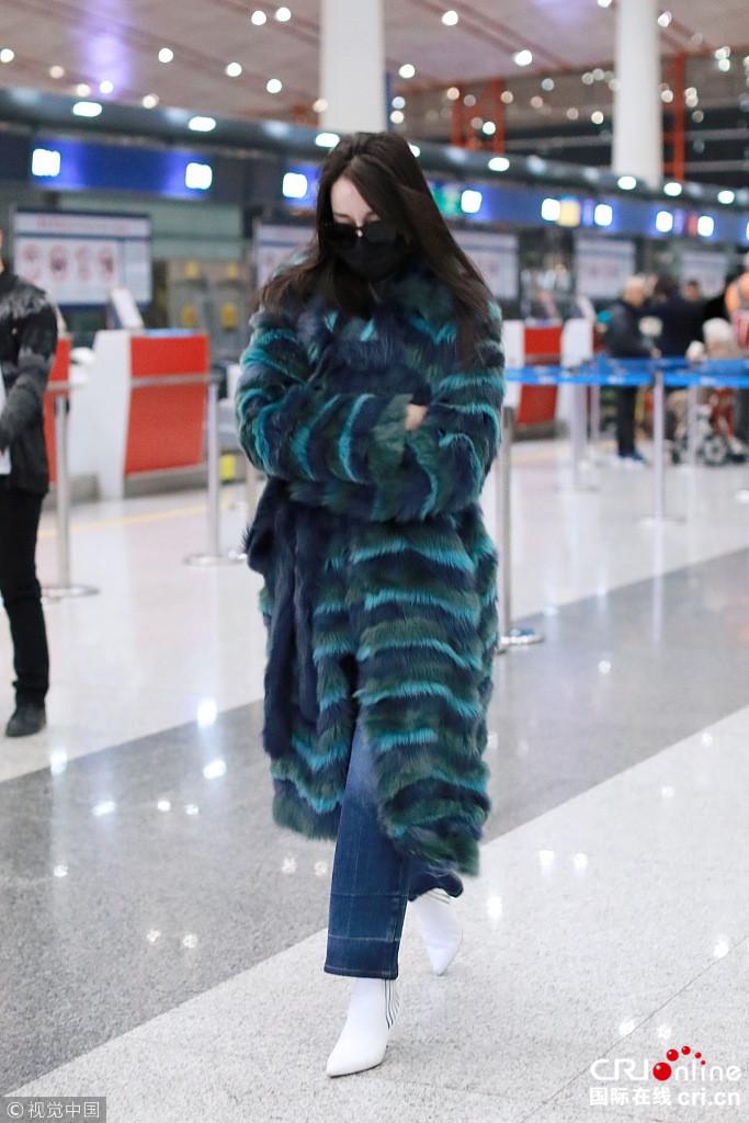 """迪丽热巴宣布退出《跑男》后现身 双手抱胸疾走似""""孔雀"""""""