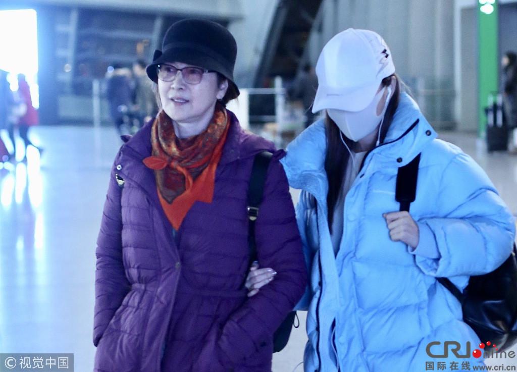 李小璐现身机场戴口罩包裹严实 一路紧挽妈妈