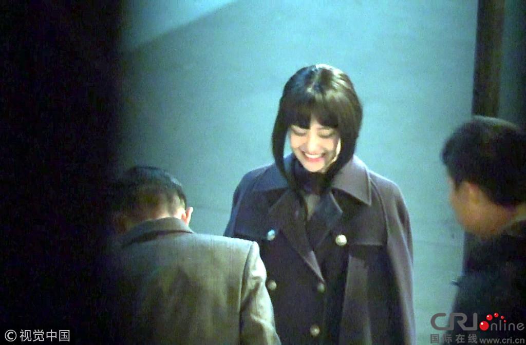 郑爽新剧路透齐刘海配超厚鬓角 似非主流少女