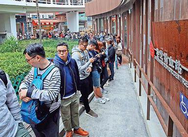 香港巴士侧翻市民踊跃献血 机构捐善款超3300万