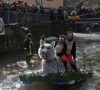 德国小镇举行木筏比赛 奇葩造型小舟超抢眼
