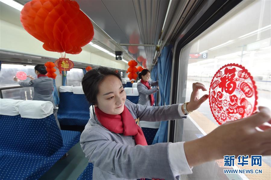 春节渐近 中国多趟列车向旅客发放春联