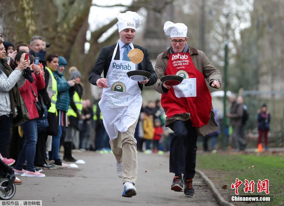 英国议会年度端煎饼赛跑 众议员狂奔炫技