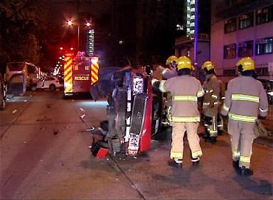 香港一保时捷连撞3车致2人受伤 两男子弃车逃走