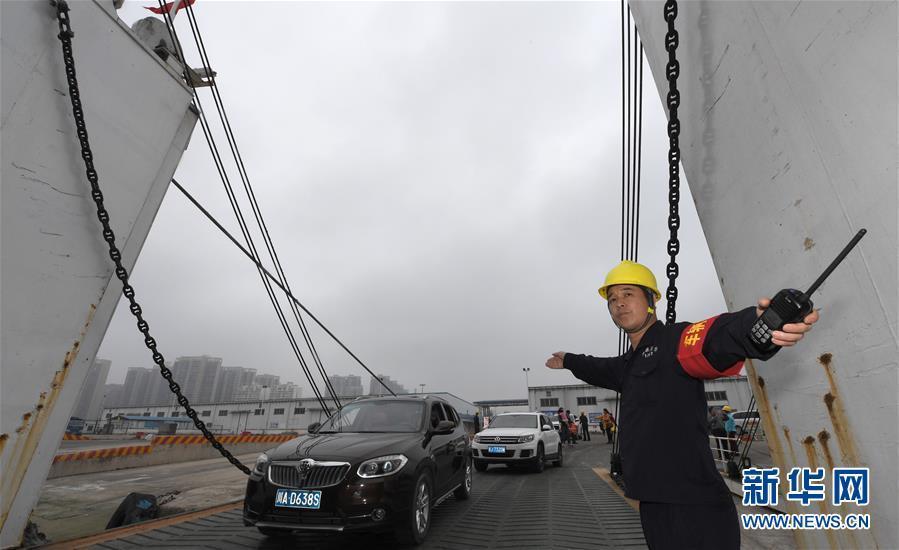 琼州海峡浓雾频现 海口仍有万余车辆待渡
