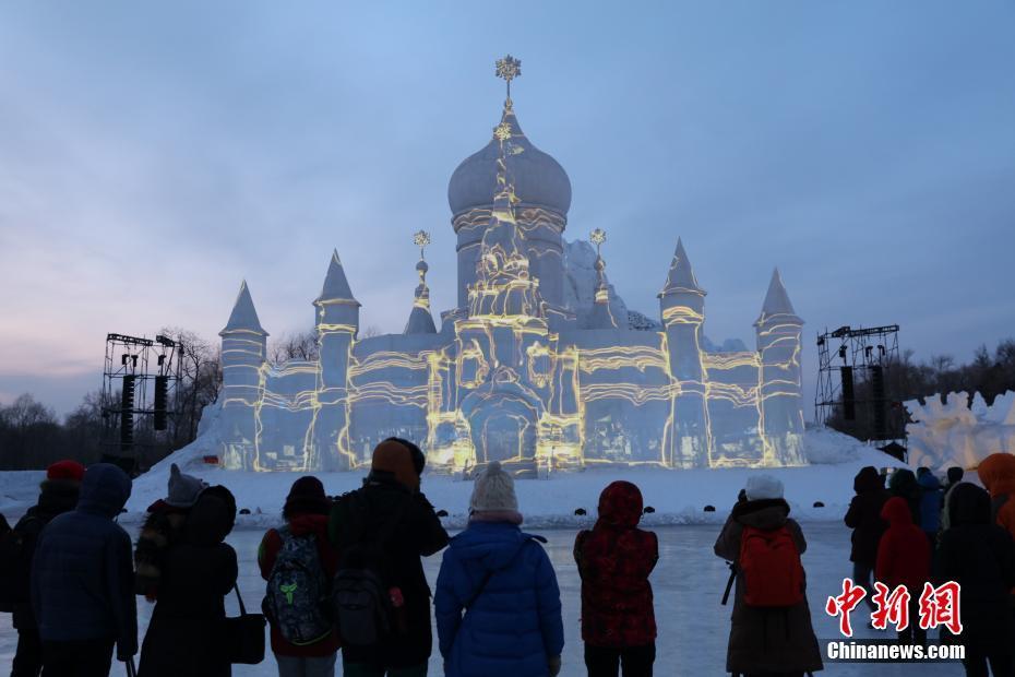 哈尔滨雪博会裸眼3D灯光秀 游客置身童话世界