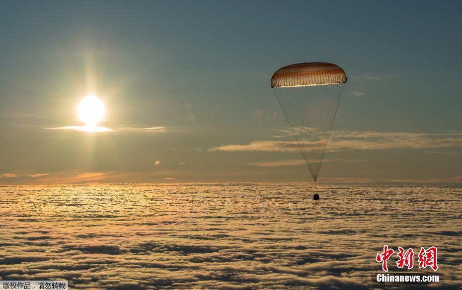 """国际空间站宇航员搭乘""""联盟MS-06""""飞船返回地球"""