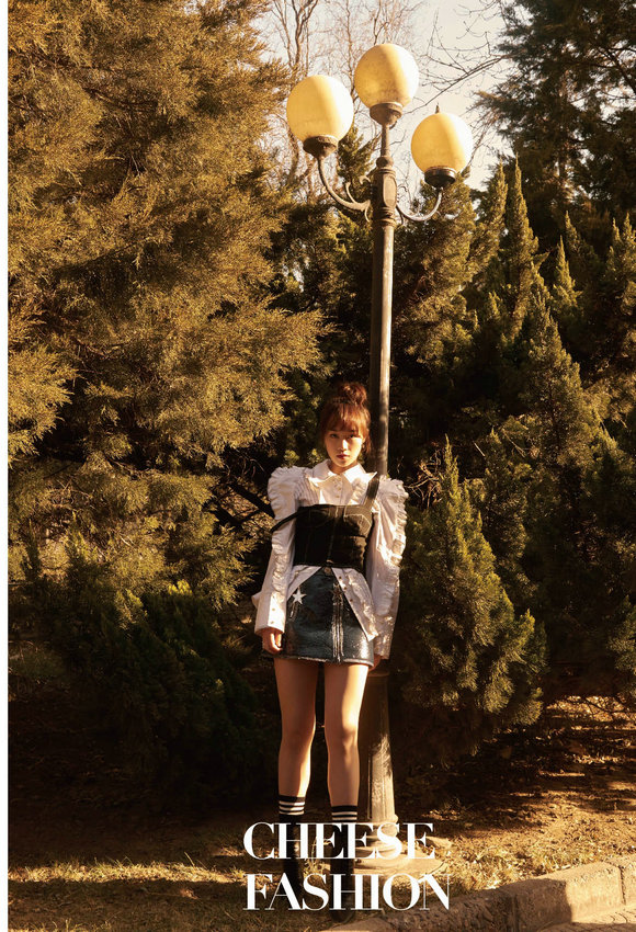 蓝盈莹校园风写真 阳光活力散发青春气息