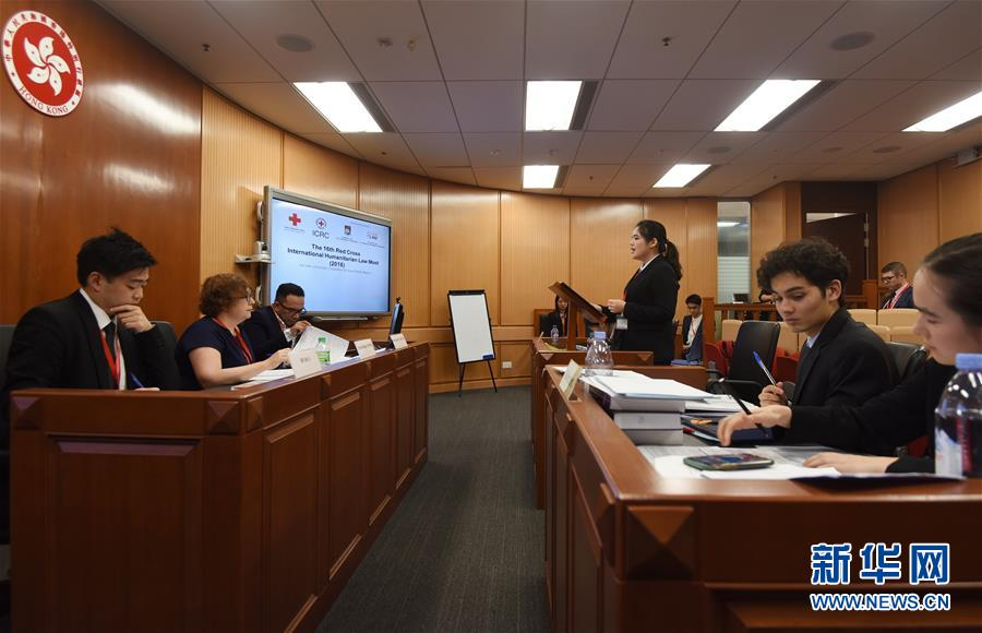 3月7日,参赛学生在模拟法庭中答辩。3月7日,第十六届亚太地区红十字国际人道法模拟法庭竞赛在香港开幕。来自亚太地区18个国家和地区的法学专业学生参赛,接受来自法律专家的知识考验。新华社发 王申 摄