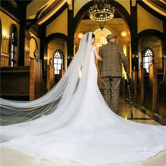 她为了病重爷爷拍婚纱照:让他看到最美的我