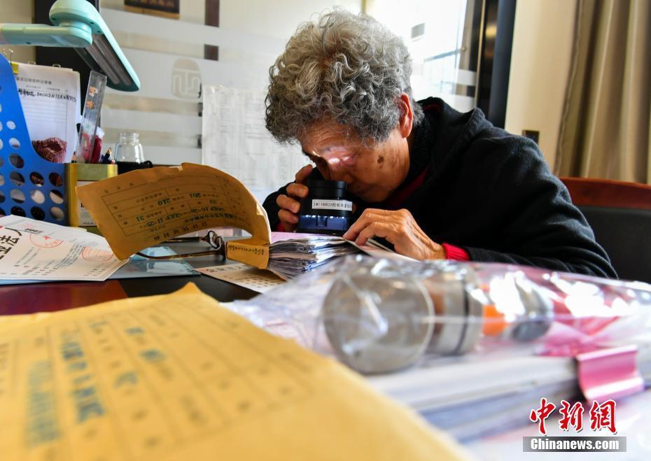 """新疆""""奶奶级""""文痕鉴定专家83岁仍坚守工作岗位"""