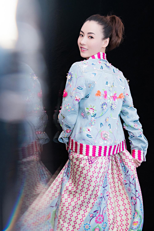 张柏芝出发布会 粉红长裙显女神气质