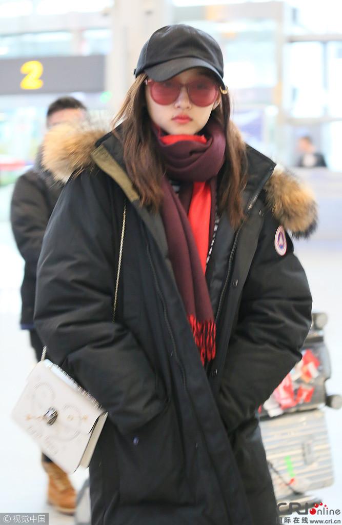 关晓彤脱帽摘镜过安检 侧颜漂亮显清纯本色