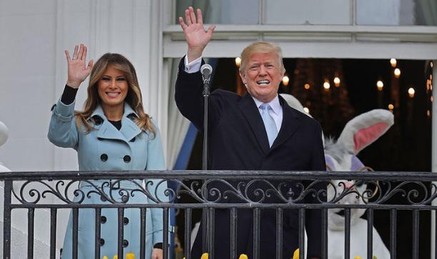 """特朗普夫妇出席白宫""""滚彩蛋""""活动"""