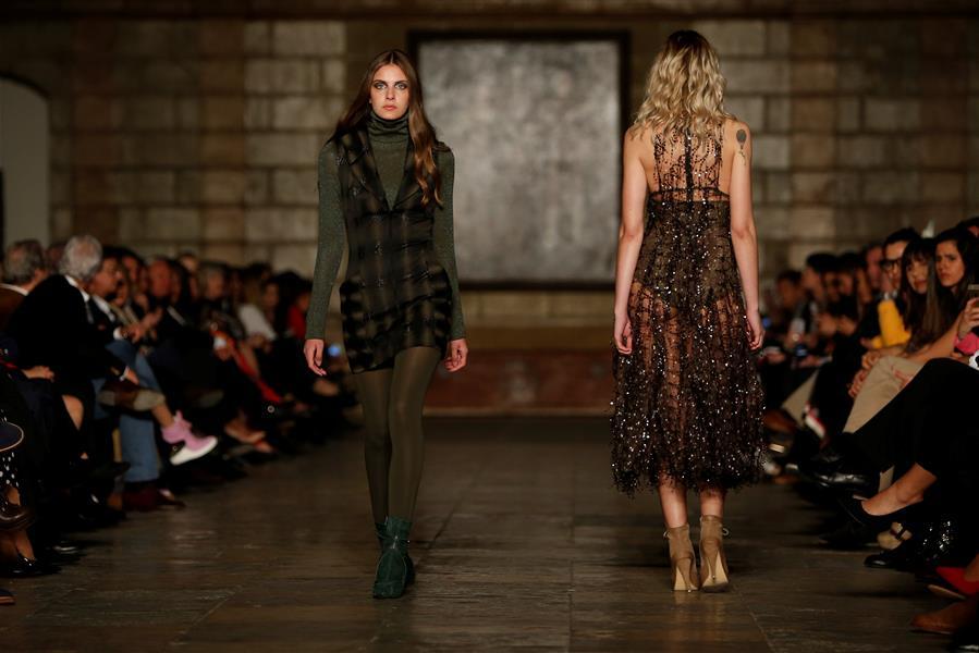设计师法蒂玛·洛佩斯时装秀里斯本举行