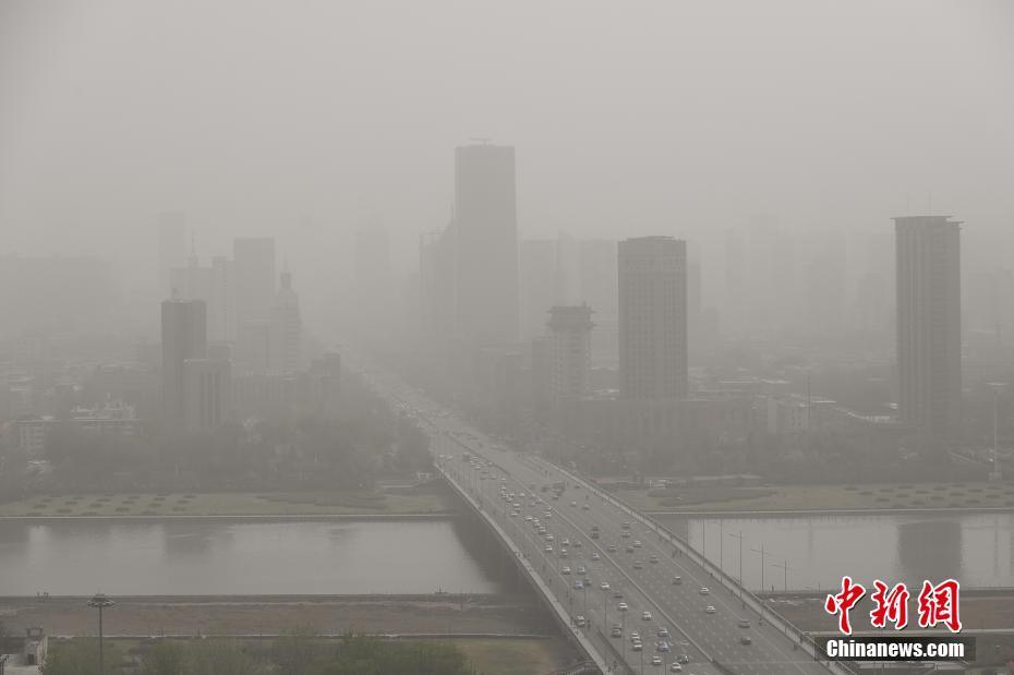 中国北方多地遭沙尘天气 山西被沙尘笼罩