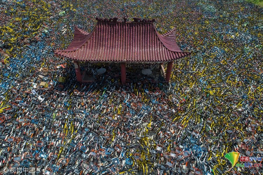 武汉一空地上堆万辆共享单车 叠起有一人多高
