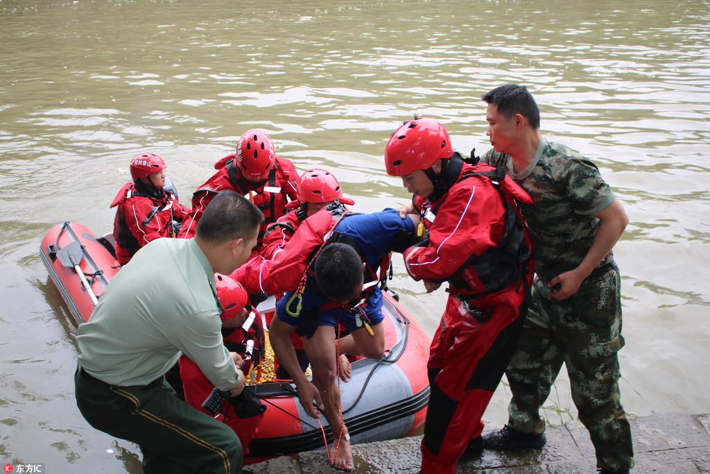 桂林龙舟意外翻船救援结束 17人遇难