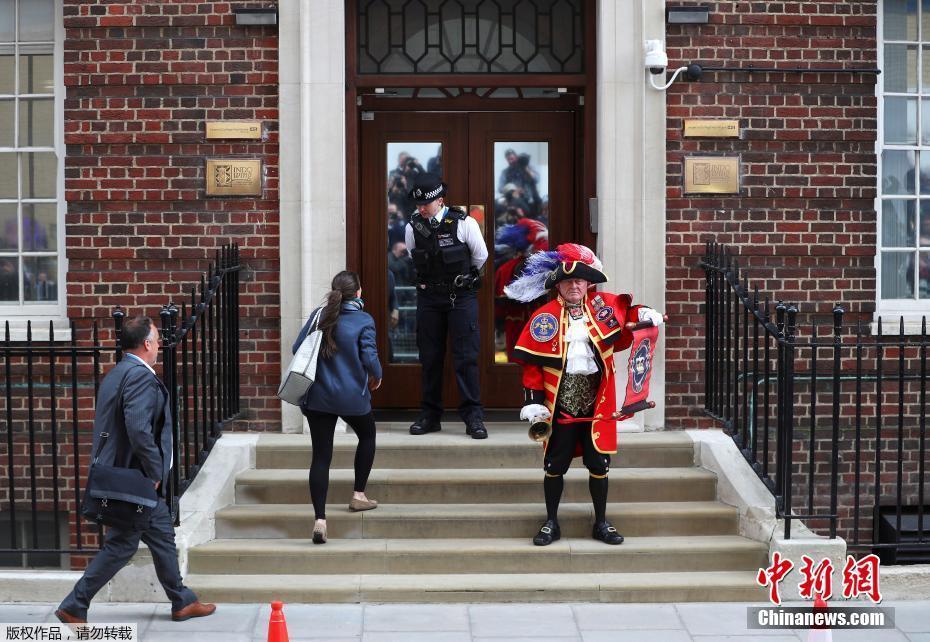 英国凯特王妃安全产子 民众医院外欢呼庆祝