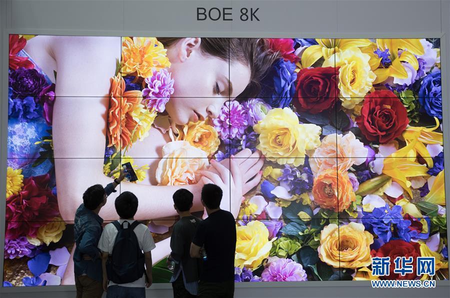 首届数字中国建设成果展览会开放 吸引观众体验高科技