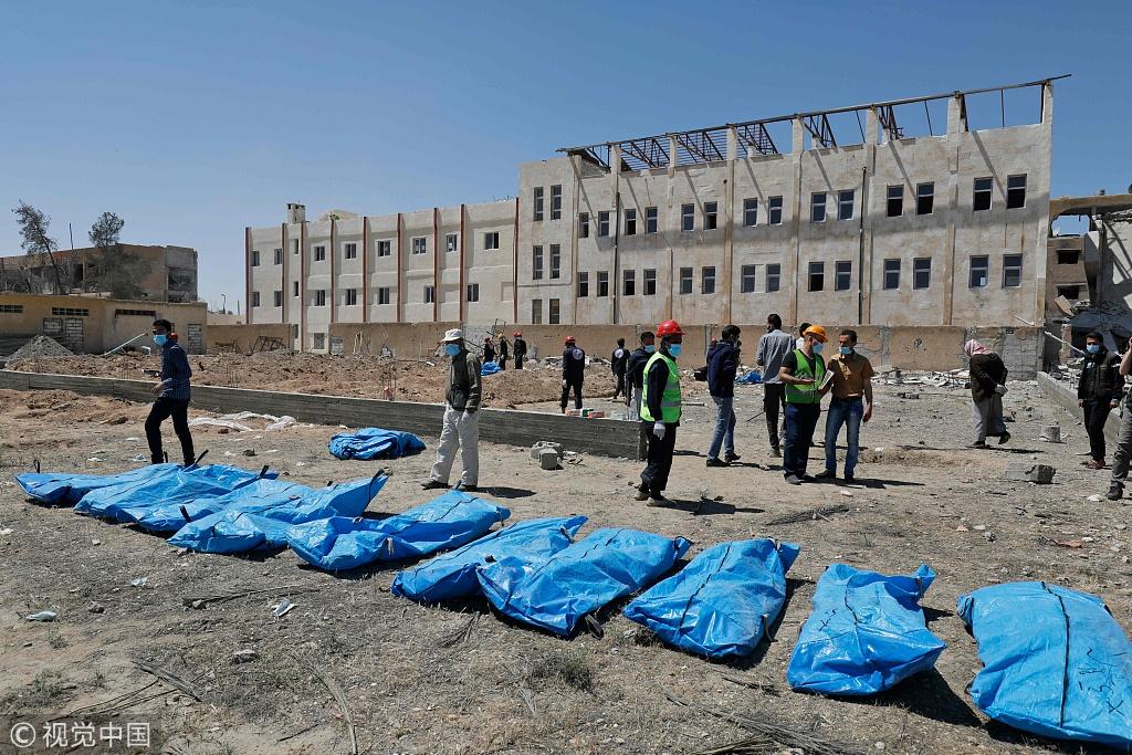 """叙利亚现""""伊斯兰国""""集体墓穴 挖出近50具尸体"""