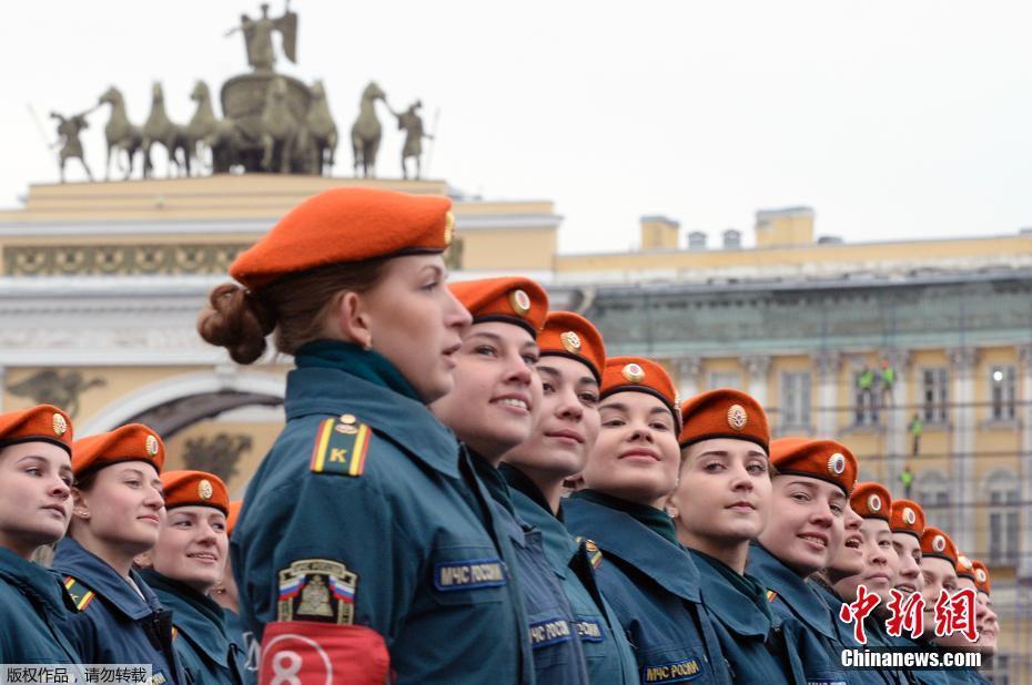 俄罗斯举行胜利日阅兵彩排 女兵展风姿