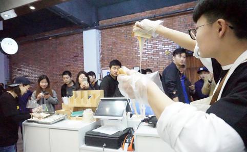 郑州首届轻餐饮品牌市集开幕 成各大商场宠儿