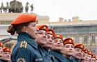 俄阅兵彩排女兵展风姿