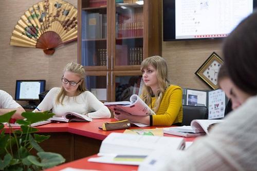 中国侨网资料图:2017年3月2日,在俄罗斯伏尔加格勒国立社会师范大学,孔子学院老师科捷利尼科娃(右)为学生们上汉语课。新华社记者 白雪骐 摄
