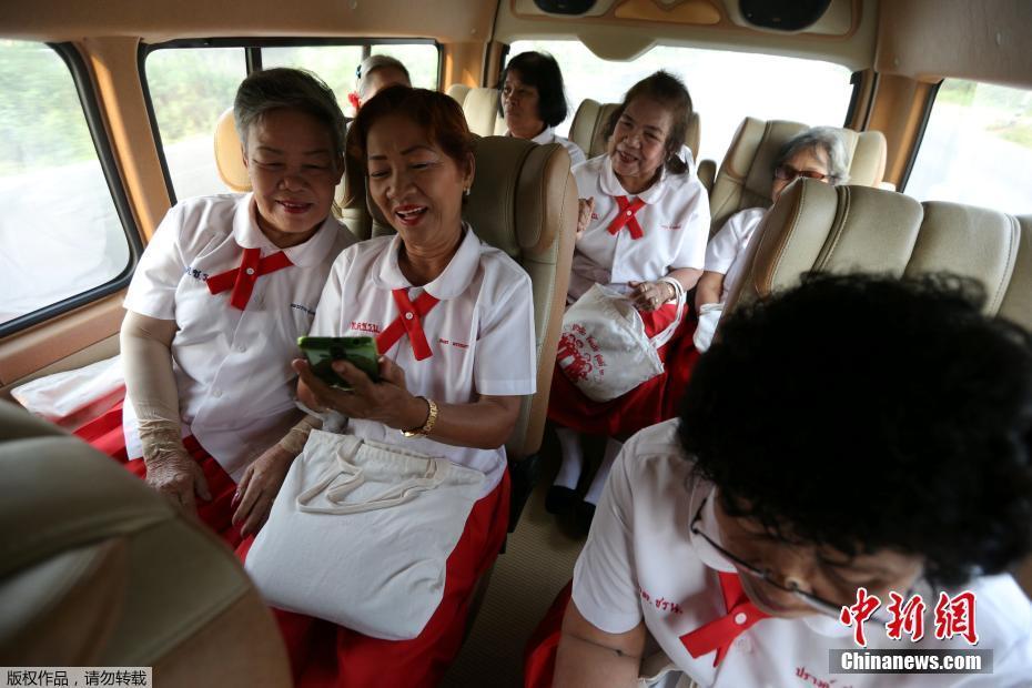 泰国空巢老人重返校园 穿校服扎小辫对抗孤独